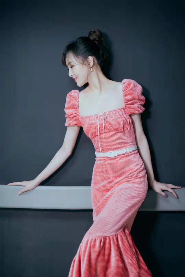 """郑合惠子穿成""""粉红仙子""""!粉色无袖卫衣配阔腿裤,自带淑女气质"""