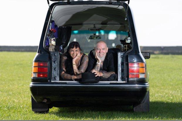 """胆大!英哥特风夫妻买灵车旅行,每晚睡""""棺材床"""",两旁摆骷髅"""