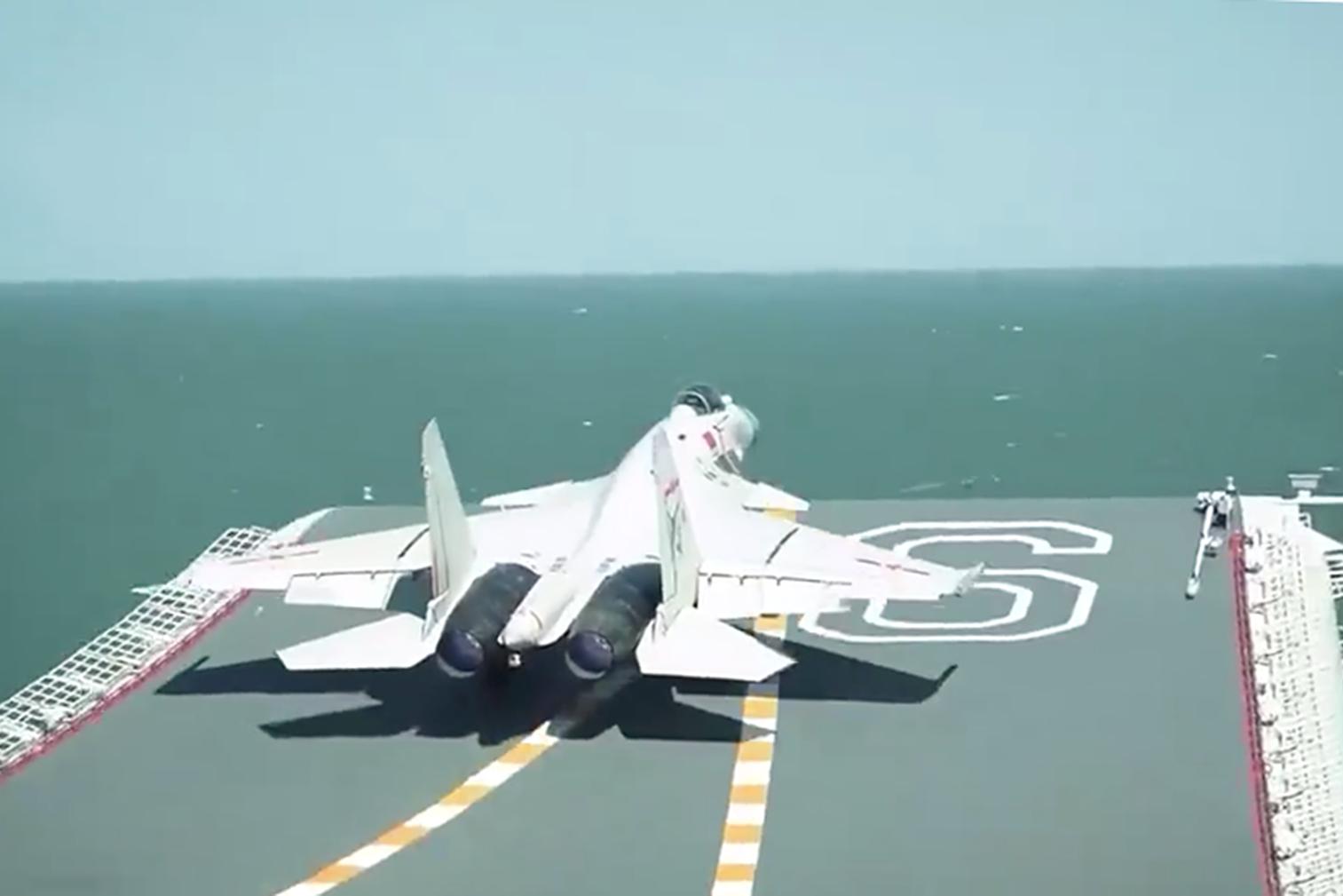 美三航母群逼近,央视播出歼15战机辽宁号起降,战疫时刻亮出肌肉