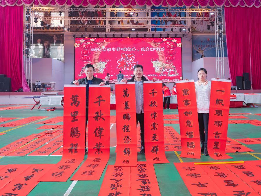 廉江中学|五位书法老师三天写春联800副,赠全校教职工