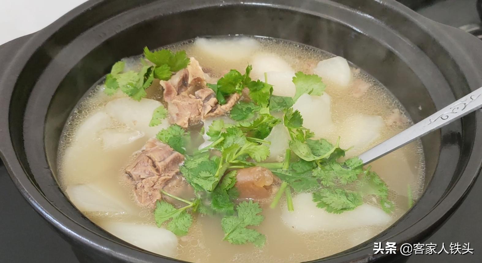 廣東人煲羊肉湯就是好喝,配料簡單湯鮮營養,一次煲一大鍋不夠喝