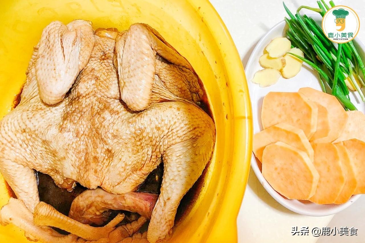"""鹽焗雞,只放鹽焗雞粉不夠香,多放""""1料"""",皮脆金黃,肉滑鹹香"""