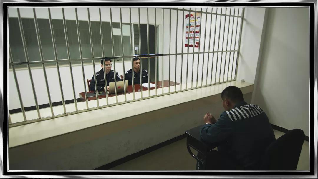 公安局长是黑老大,审讯时200多天不开口,突然有一天唱起了《从头再来》