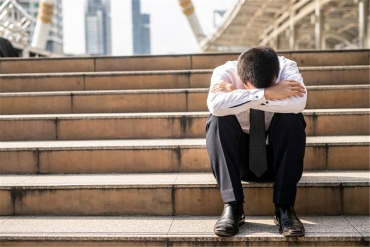 40多岁的人负债500万,感觉自己坚持不下去了,应该怎么办?