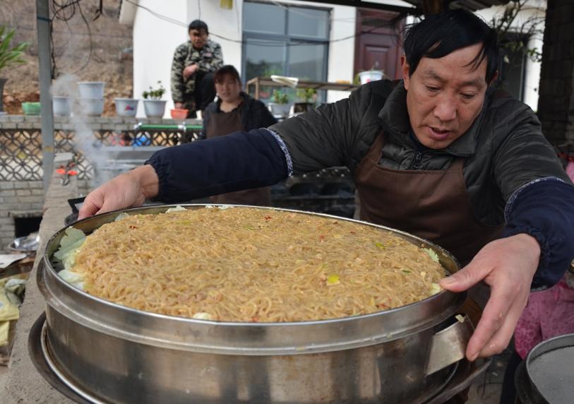 河南农村大叔用红薯粉做传统名小吃,20元一盘不便宜,去晚吃不到 美食做法 第5张