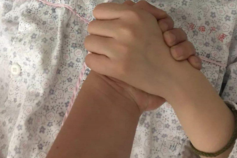 产妇分娩疼到大叫,老公陪产不耐烦反手一巴掌,医生的做法被点赞