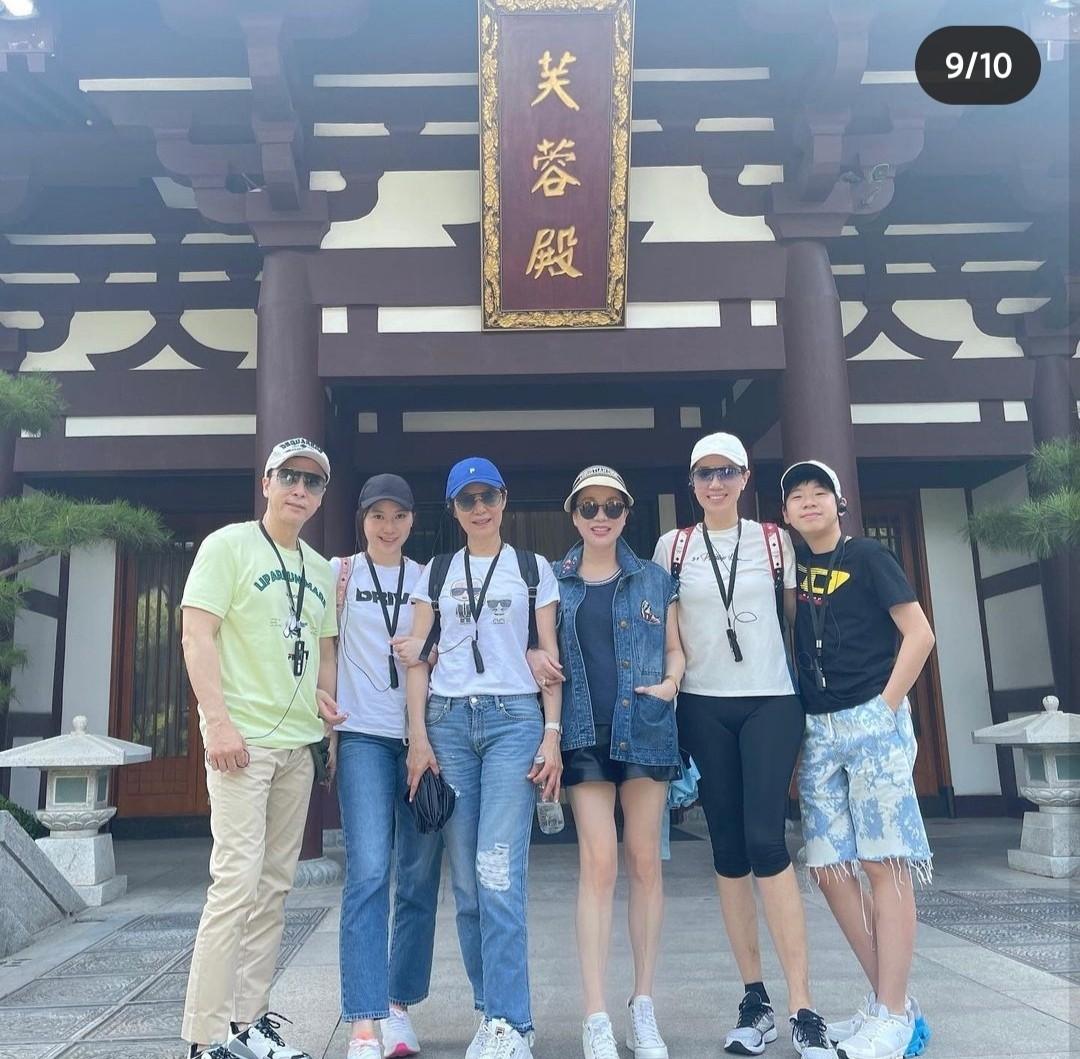 甄子丹全家赴西安旅游,儿女身高快超过爸妈,甄子丹搂妻子拍合照