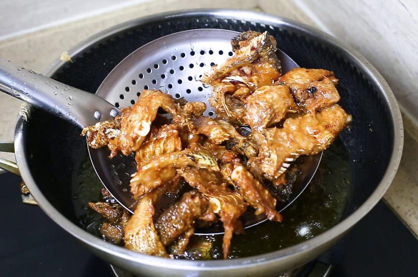 做鱼丸剩下的鱼头不要丢,大厨教你一种做法,香辣好吃又下酒 美食做法 第7张