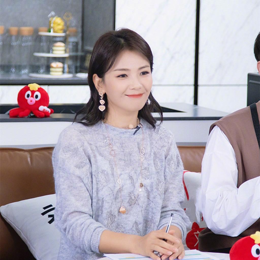 42岁刘涛谈女性成长,穿白色西服秀发及肩,状态太好看不出压力