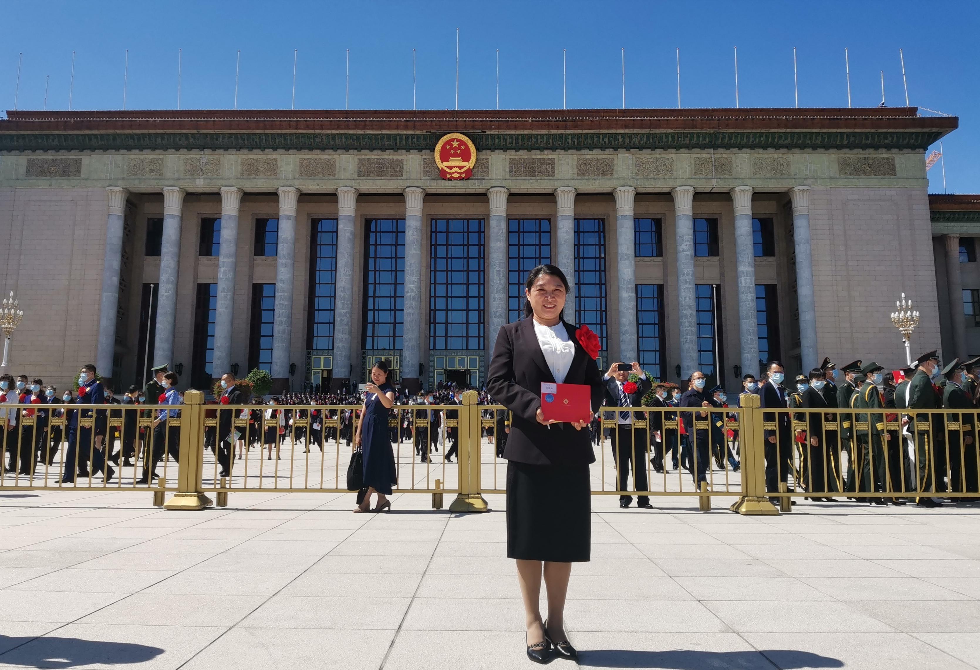喜报,宜宾二医院赵晓玲同志今天在人民大会堂接受表彰!