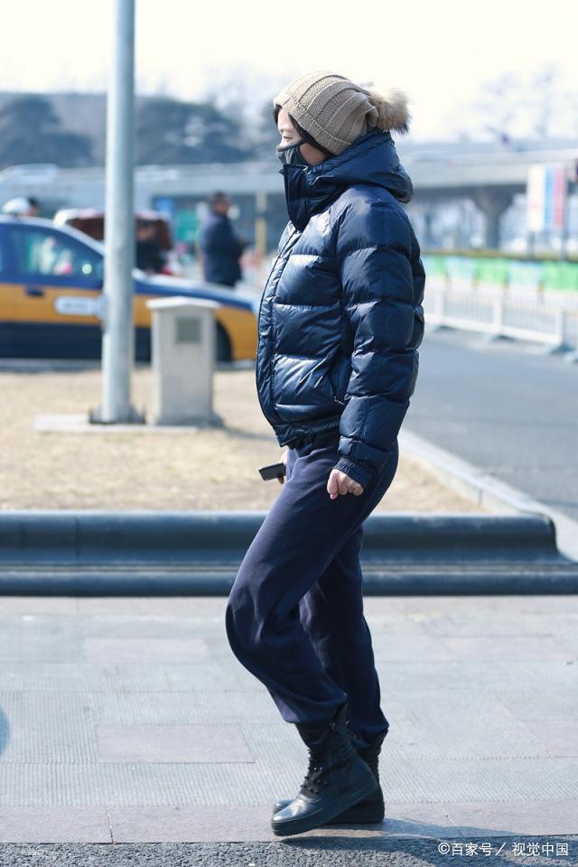 47岁徐静蕾气质纯朴,黑色面包服配运动裤马丁靴,休闲自然大方