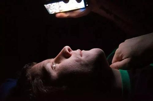 你还在夜晚的黑暗中玩手机吗?有这些伤害你知道吗?