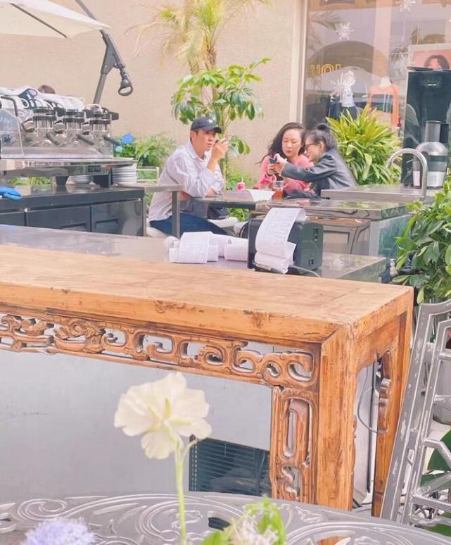 網友偶遇杜江夫婦,霍思燕與閨蜜熱聊把老公晾一邊,杜江獨自發呆