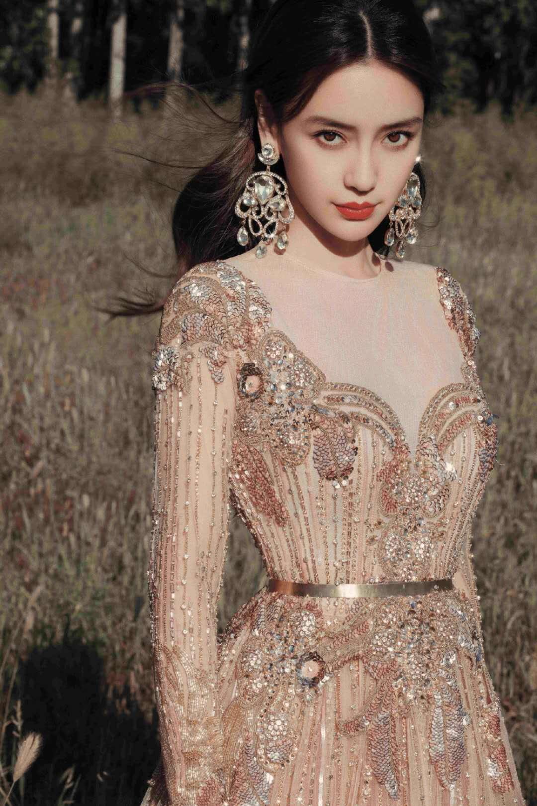Baby为比美拼了!穿鎏金裙戴钻石耳环重到耳朵变形,美貌太绝