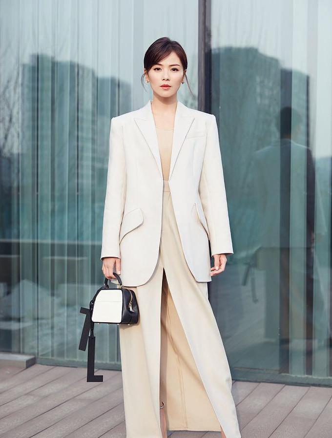 為什么女精英們的穿搭,看上去明明那么簡單,卻總顯得高級又有錢