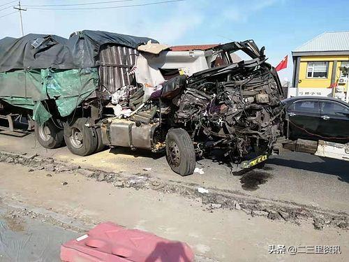 惊险!深夜十点松原两辆30吨拉粮大车相撞,金黄玉米撒一地,司机躲过一劫