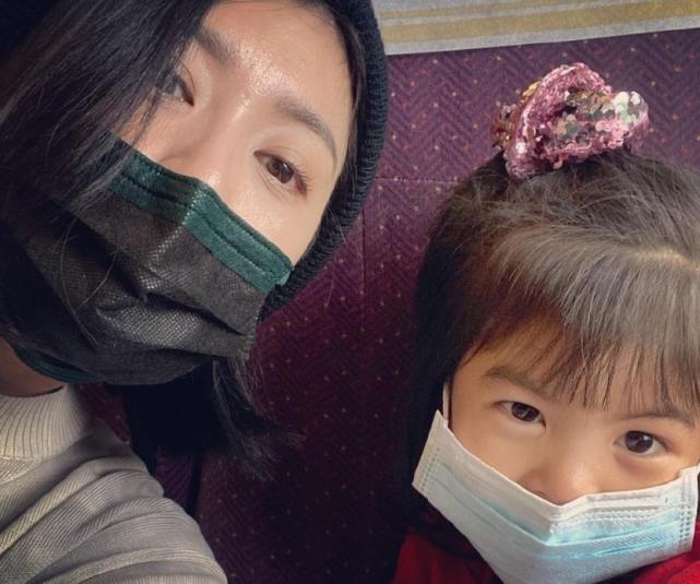 贾静雯4岁女儿波妞给妈妈做礼物,并嘟嘴献吻,颜值解封越长越美