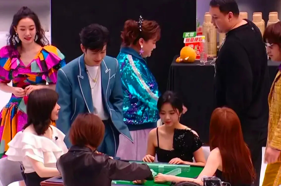 秦岚和前男友黄晓明同框,与杨颖前任陈伟霆打麻将,后台瓜香弥漫