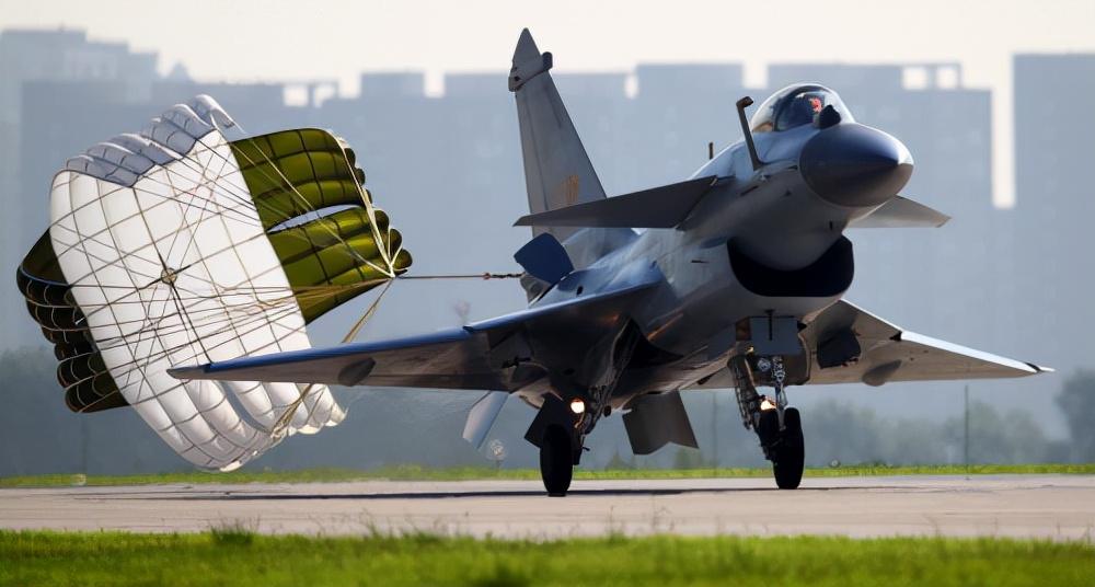 从J10-B、J16看中国力量!陆空齐舞,除了战机还有传祺影豹