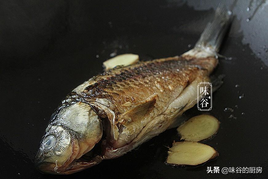 無論燉什麼魚,牢記住這2點,煮出的魚湯又濃又白,還沒腥味