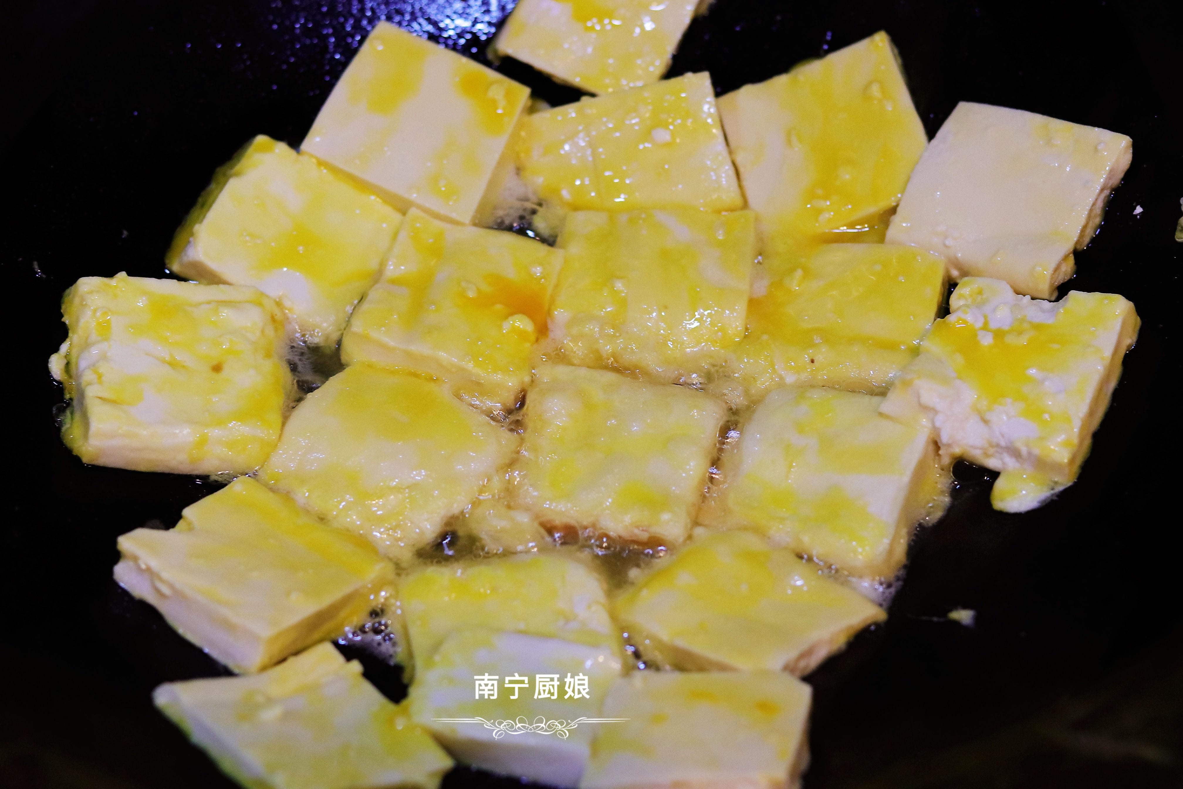 煎豆腐時,直接下鍋煎容易碎? 多做1步驟,豆腐完整不碎還更入味