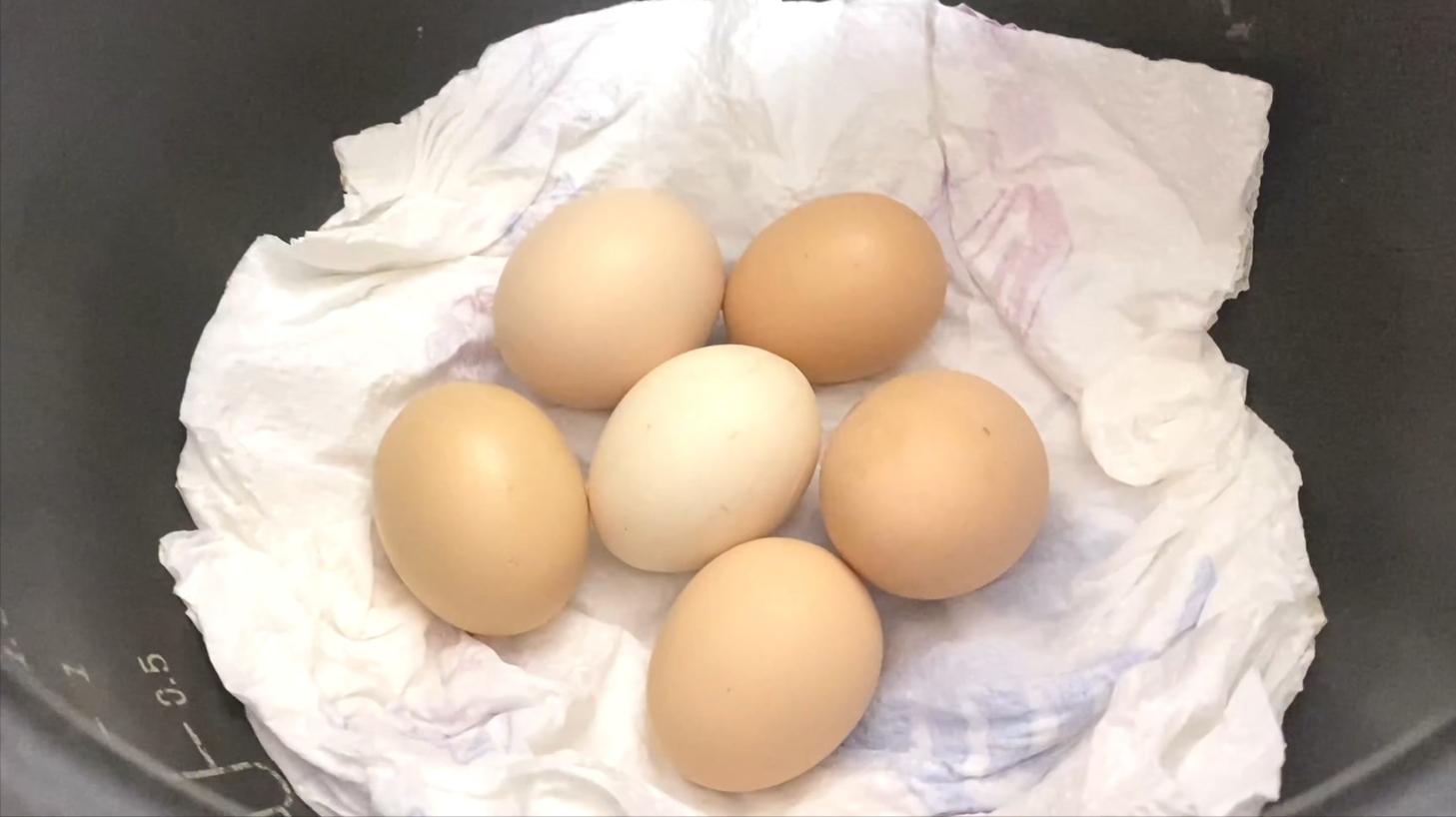 鸡蛋别再用水煮了,保姆教你新方法,只需1分钟,鸡蛋鲜嫩不粘壳