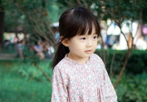 """3岁女孩从不吃糖,却一嘴""""小黑牙"""",都是父母无知害了孩子"""