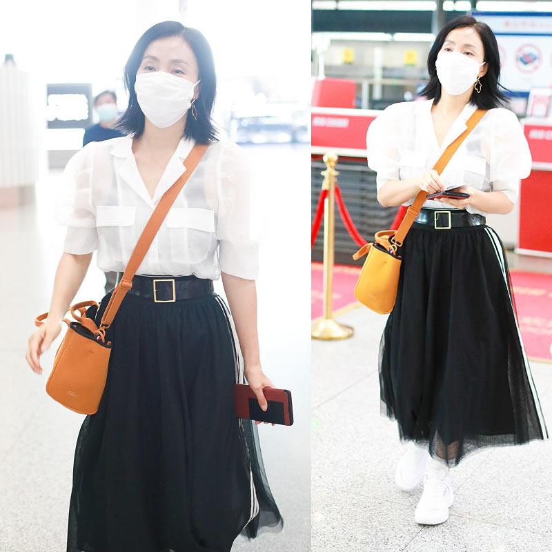 中年女士早秋穿什么?陶虹有心得,衬衫配半身裙优雅甜美,很减龄