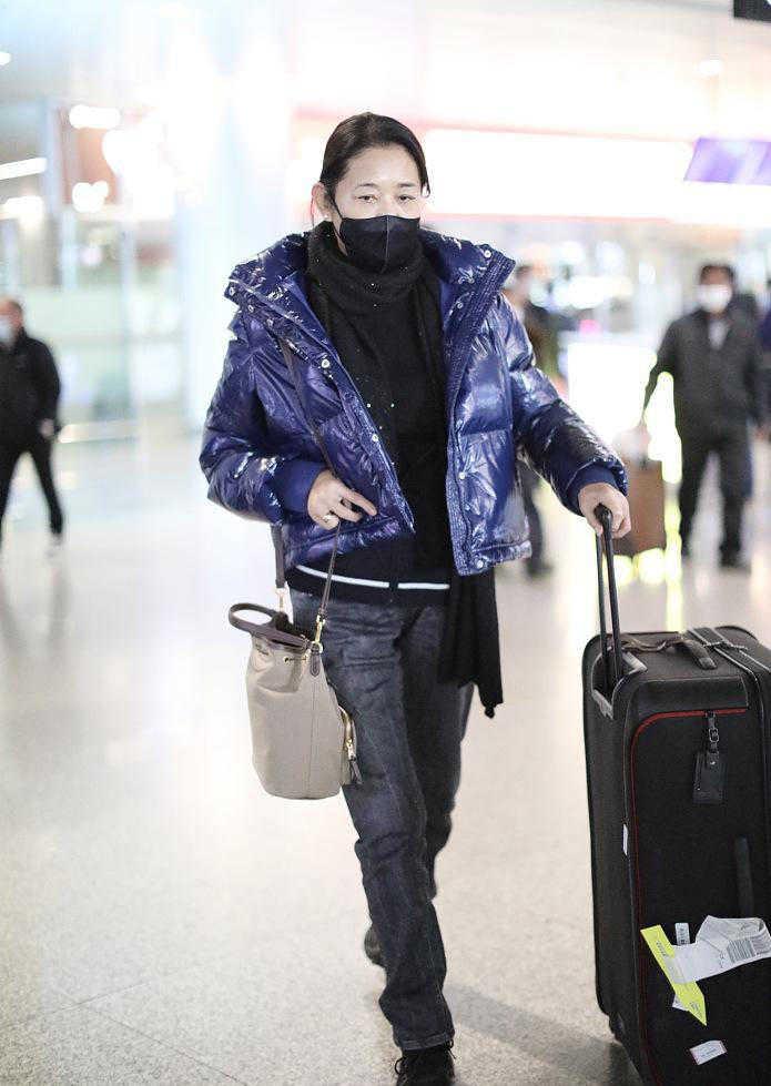 倪萍越来越会穿,亮面羽绒服配牛仔裤走机场,减龄20岁不止