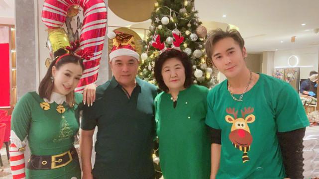 钟丽缇圣诞晒全家大合照,张伦硕扮圣诞老人与老婆热吻,画面超甜