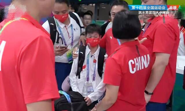 全红婵被镜头吓到了!看到记者迅速捂脸逃跑,教练们围起来保护她