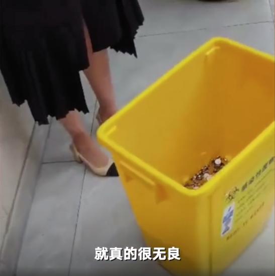 女子離職6000元補償金,公司開三輪車,搬下2桶垃圾桶的硬幣作為賠償,公司負責人:硬幣也是人民幣