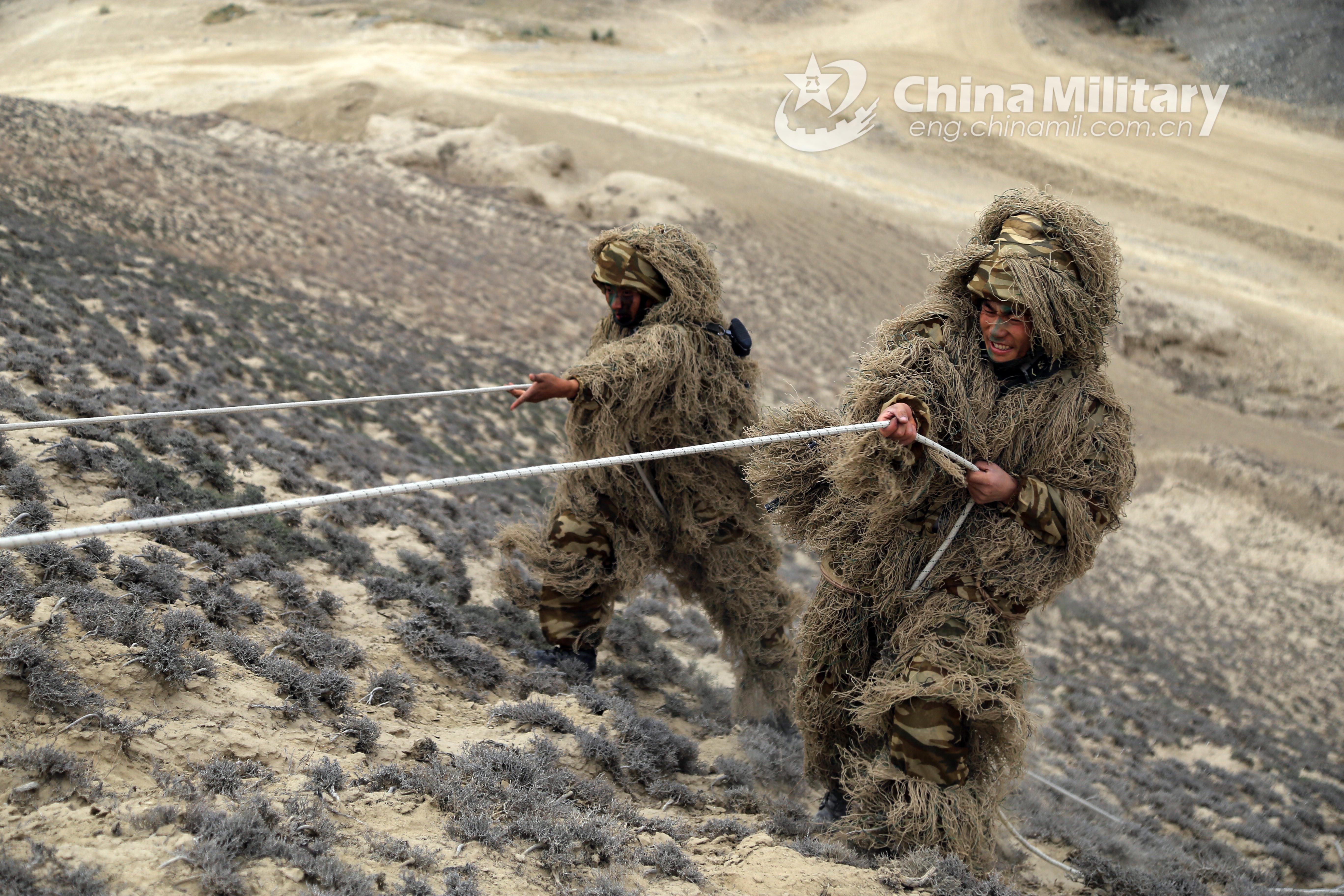 这伪装绝了!新疆军区侦察兵穿吉利服与沙土融为一体