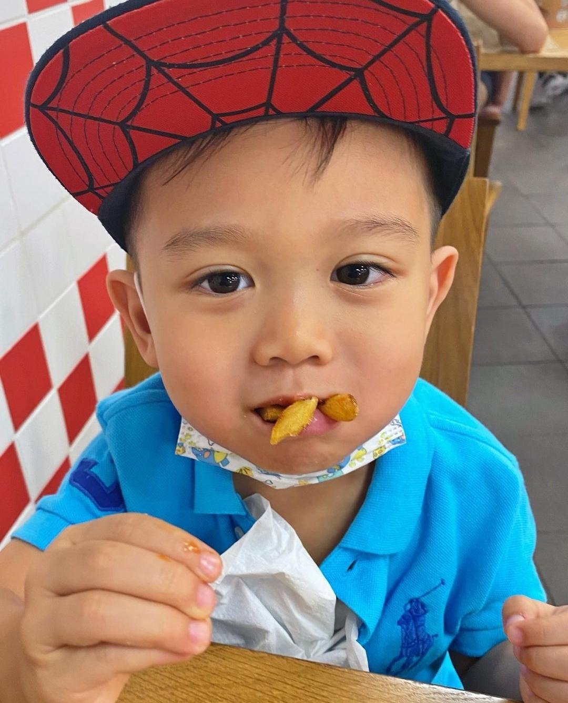 胡杏兒老公曬兒子萌照,奕霆大口塞薯條吃出表情包,秒變在線吃播