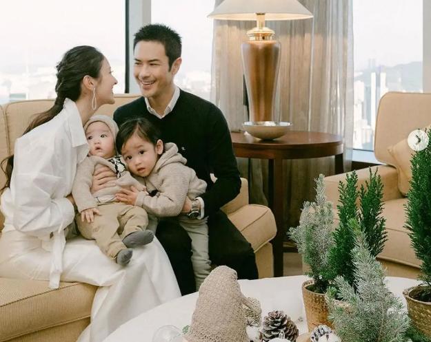 郑嘉颖全家首过圣诞节,俩儿子正面曝光颜值高,奶声奶气学普通话