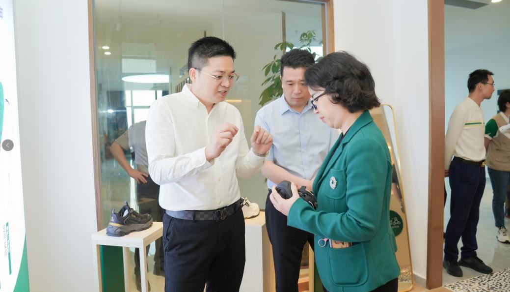赞!足行健智能按摩鞋,迎来邵阳副市长携招商考察团的参观指导