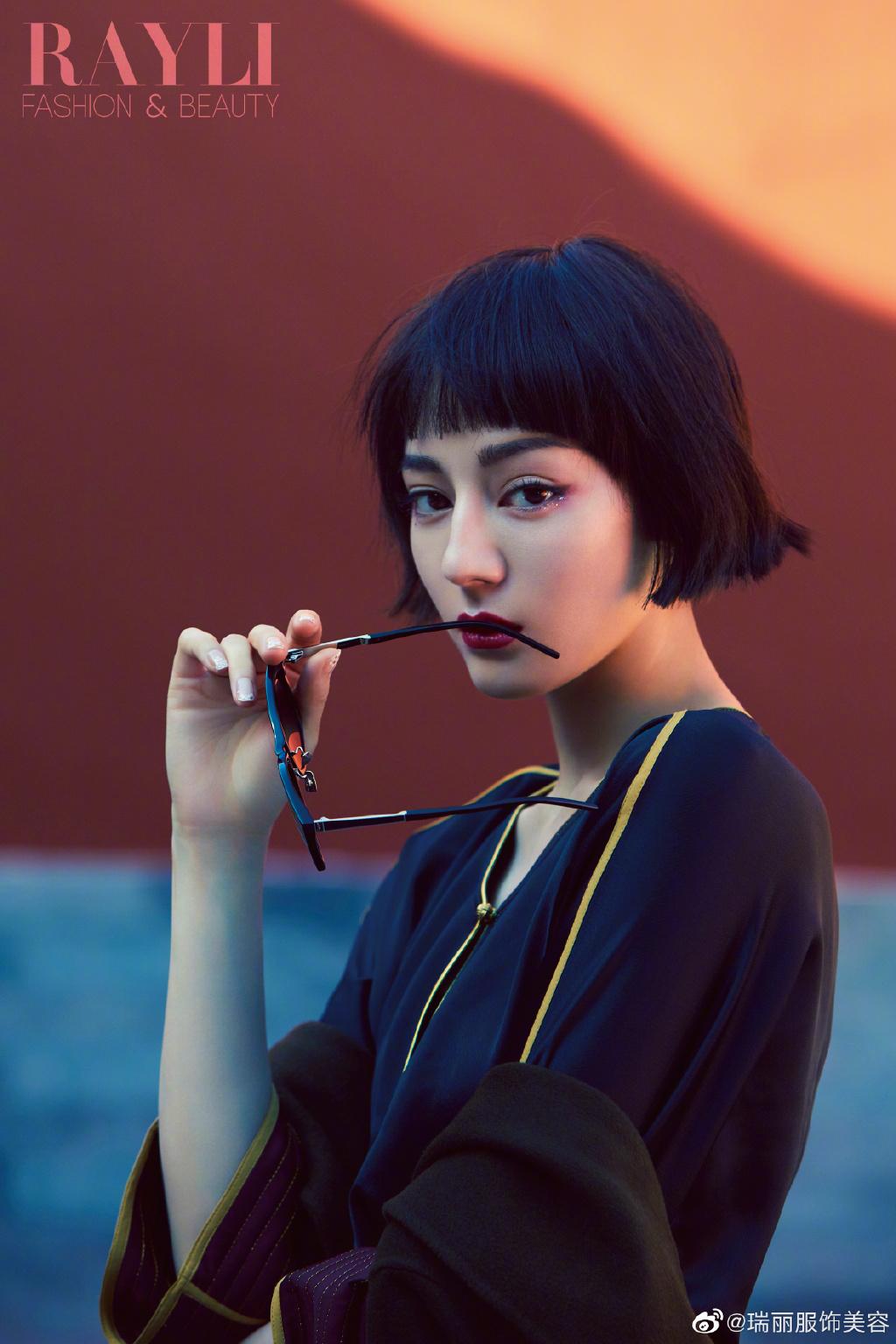 迪丽热巴国风杂志大片曝光,齐耳短发精致妆容可爱复古