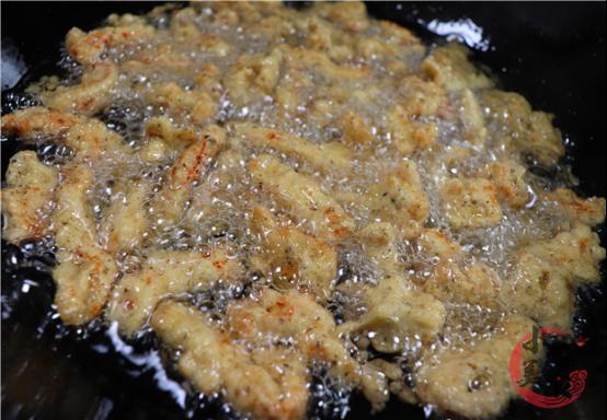 炸酥肉时,用面粉还是淀粉?教你正确做法,放冷不回软