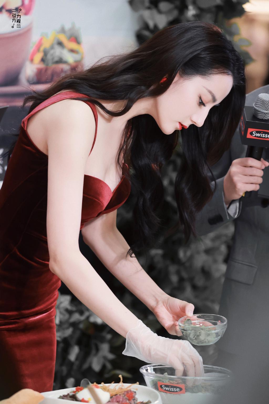 迪丽热巴身材太绝了,一袭酒红色丝绒礼服裙女人味十足,曲线完美