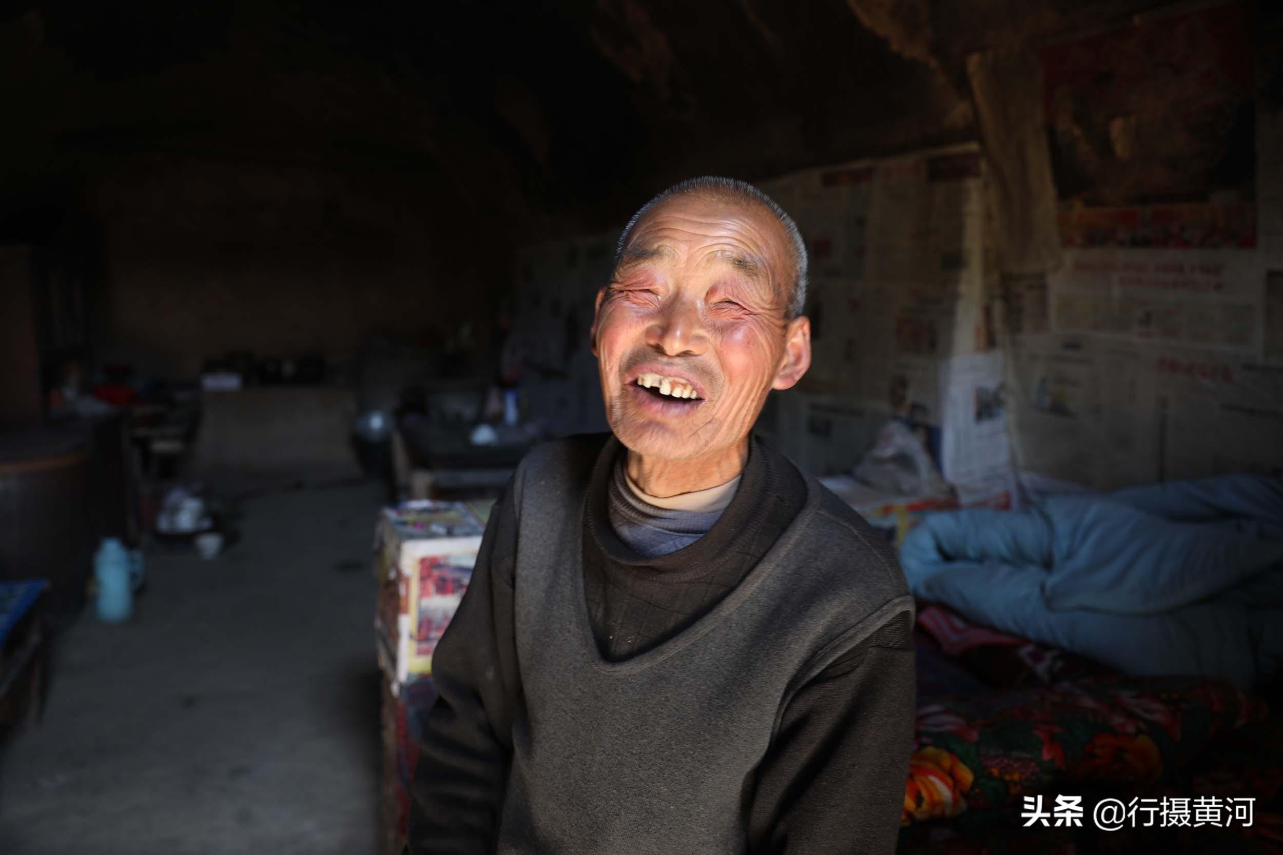 河南77歲老人和50歲傻兒住在黃土地坑裡相依為命,看看活成啥樣子