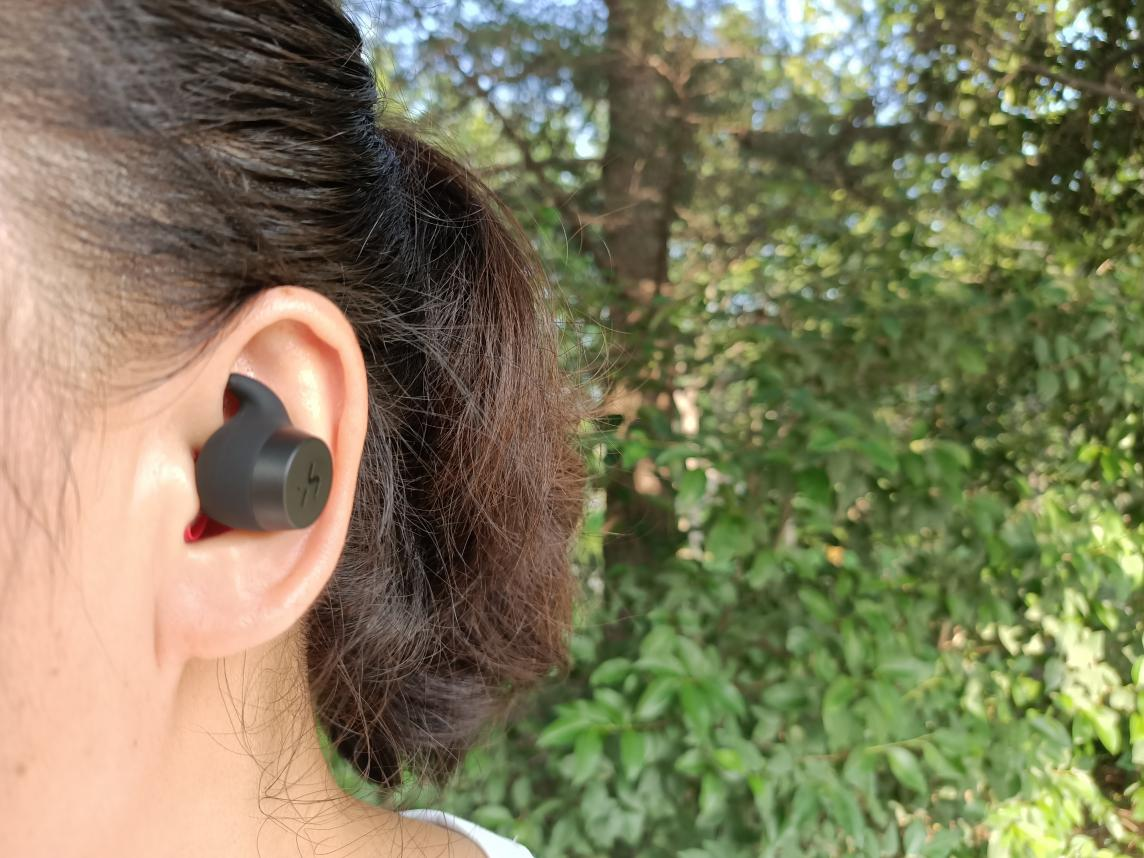 蓝牙耳机正确戴法图解(蓝牙耳机塞耳朵技巧)