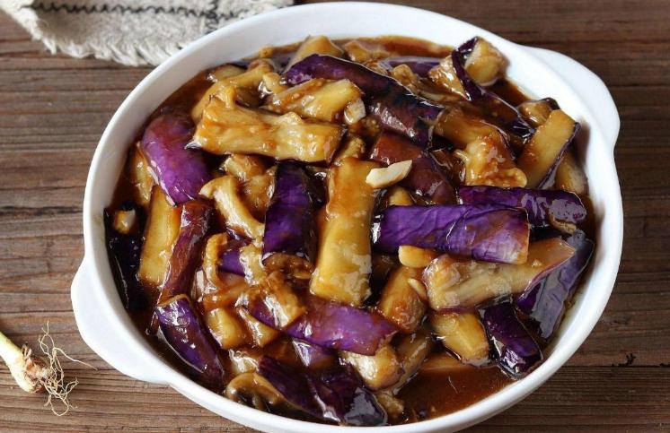 炒茄子时,不要着急下锅炒,教您一招,茄子炒好不发黑,不油腻 美食做法 第1张