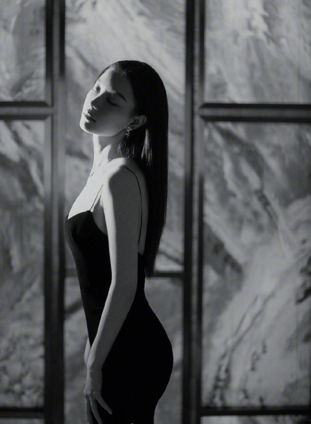 """倪妮实乃人间性感尤物,只穿""""两块""""布料遮胸,好身材一览无余"""