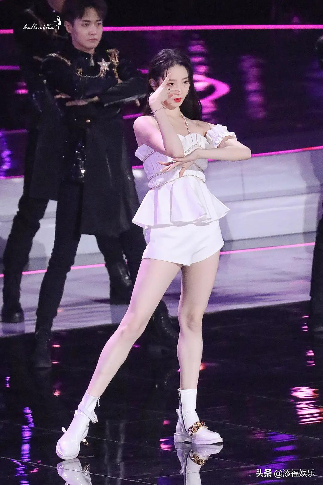 硬糖少女唱《兄弟啊想你啊》遭吐槽,张艺凡还遭遇舞台事故,坎坷