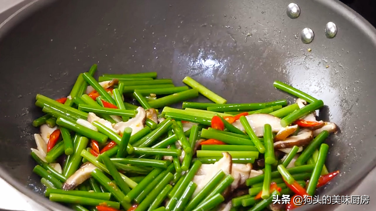 炒蒜苔时,切记不要直接下锅,多加1步,脆嫩入味,营养又下饭 美食做法 第11张