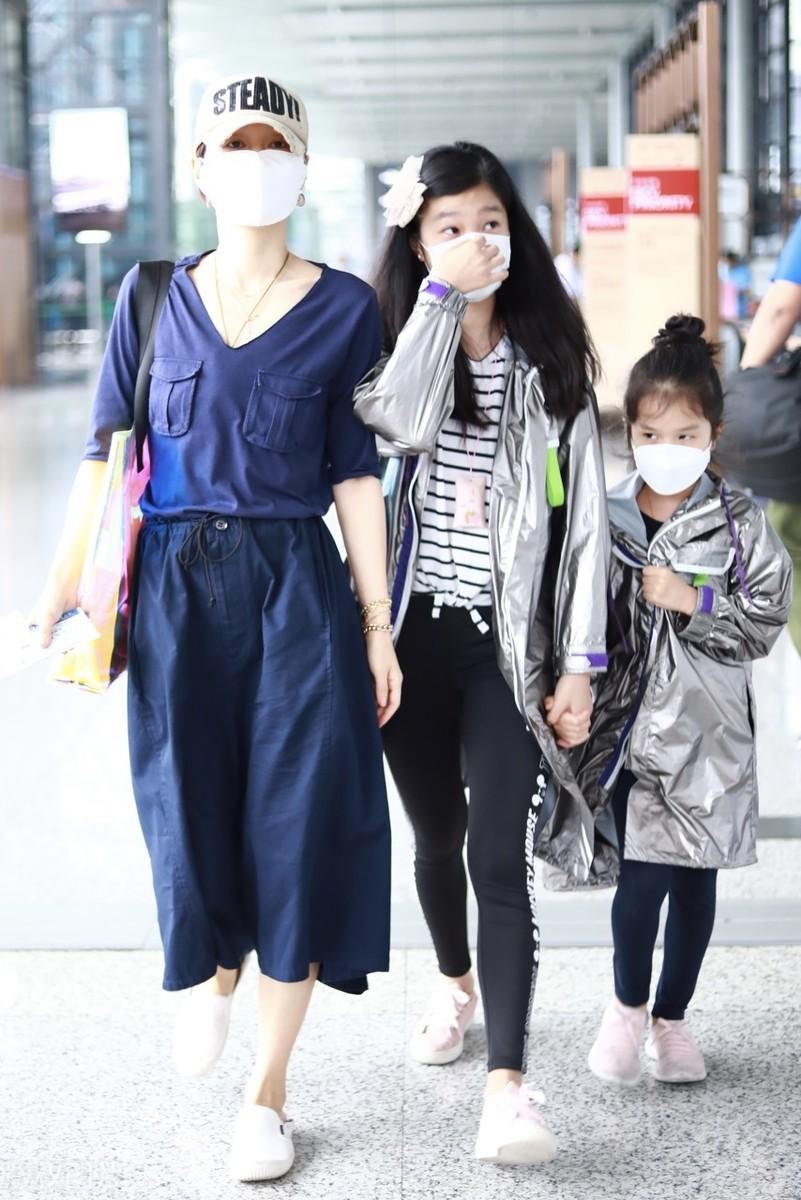 马伊琍母女仨海南度假,12岁长女穿短裤似妈翻版,幼女打扮淑女