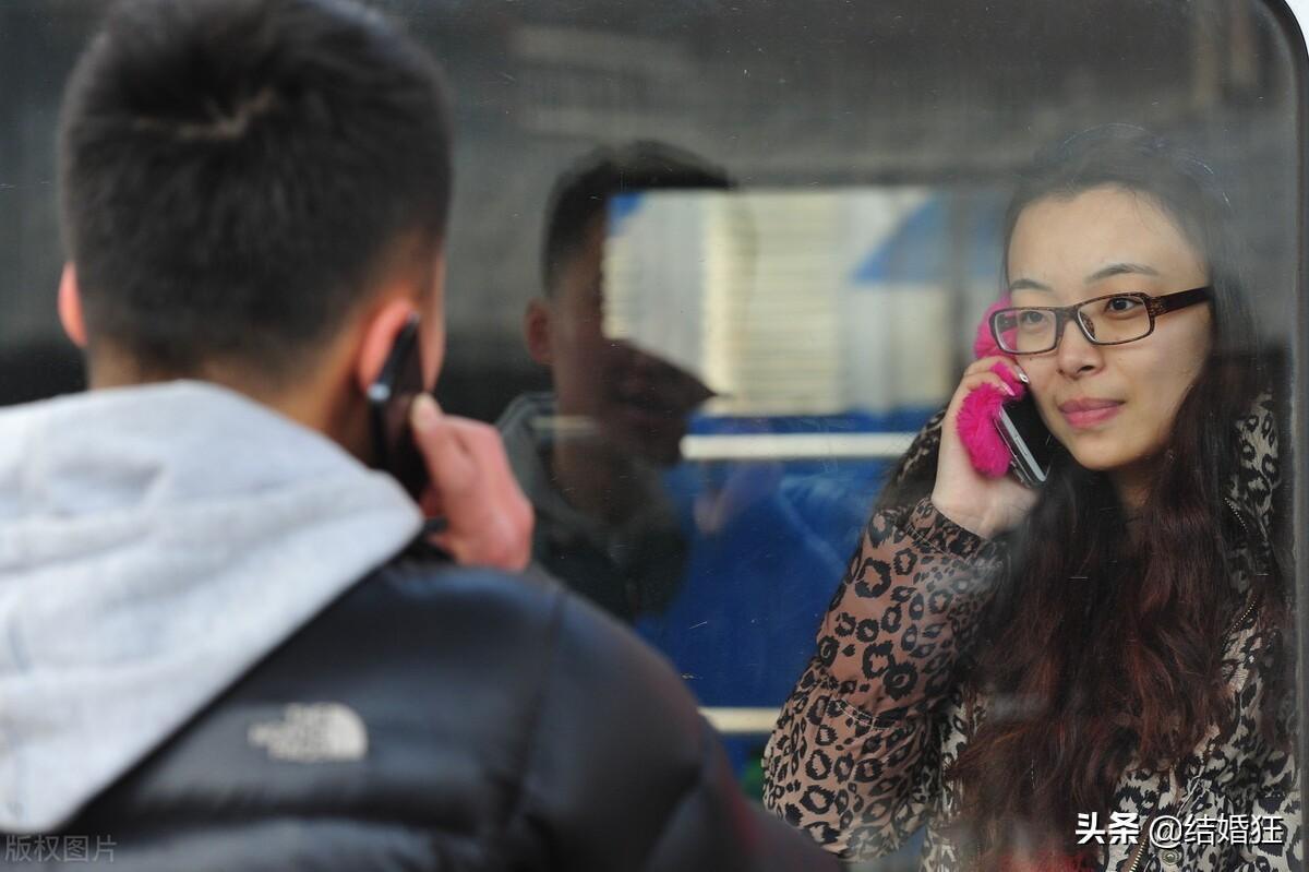 """火车上偶遇的中年美女遇到了搞传销的""""朋友"""",我要不要帮她?"""