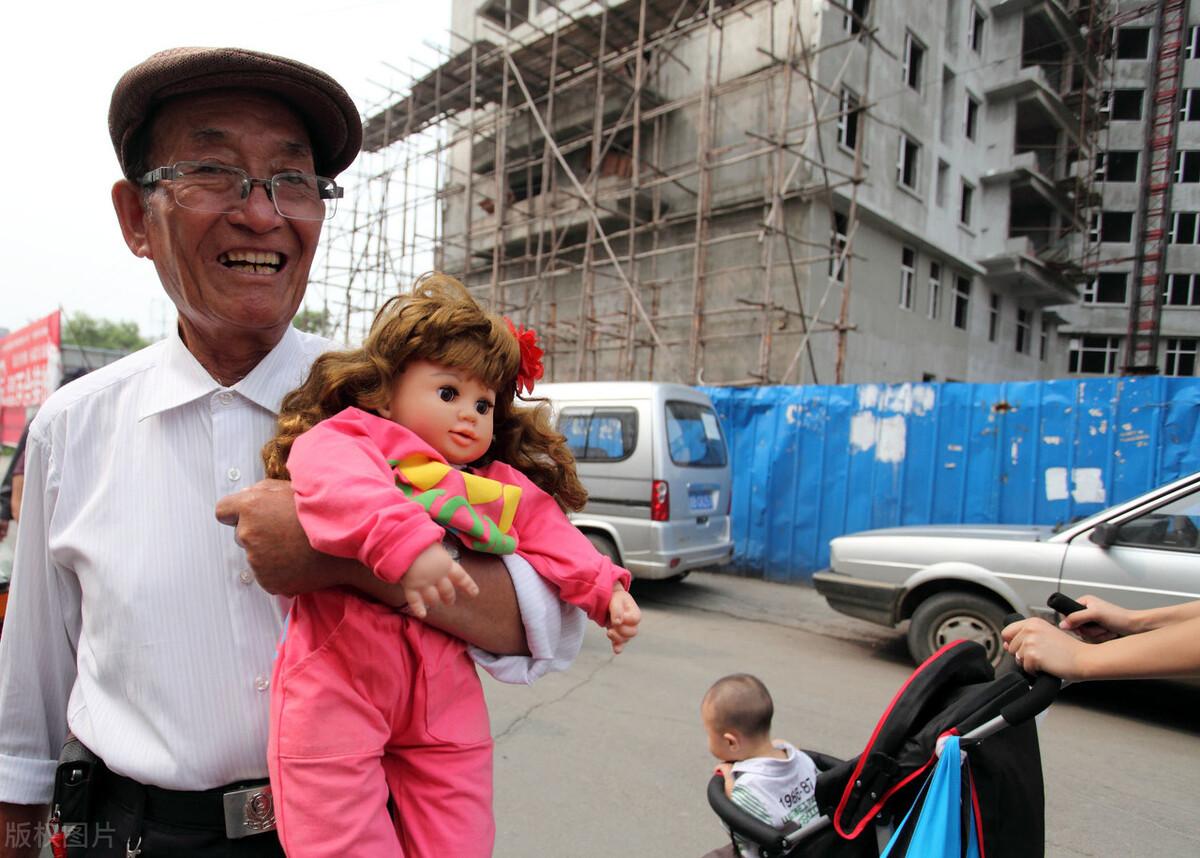 75岁大爷开餐馆,送客人几瓶可乐,月收入12万,每天都座无虚席