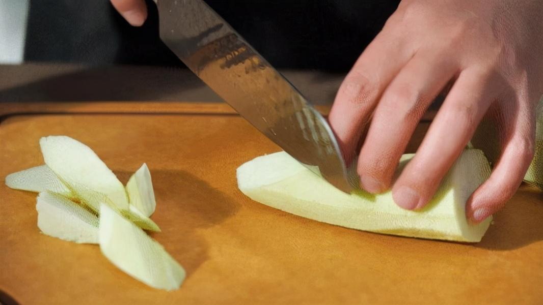 炒茄子,先放油就错了,大厨教你炒茄子不吸油的做法,好吃又解馋 美食做法 第3张