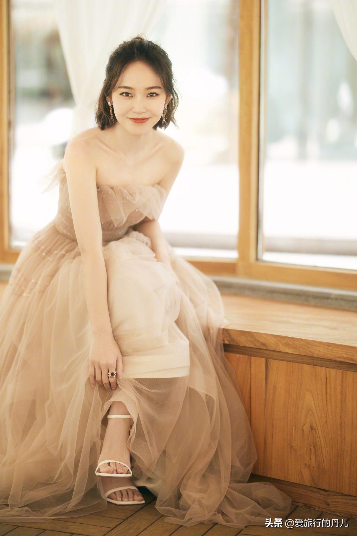 张佳宁一袭金色纱裙,优雅动人,仙气满满